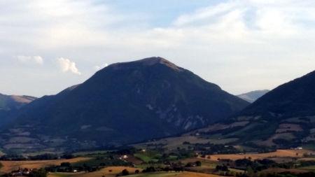Il Monte Primo (Macerata) a forma di ziggurat