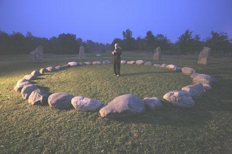 Nah-sinnar, l'antica musica del Vuoto dello sciamanesimo druidico in grado di produrre stati percettivi di coscienza superiori ancor più profondi se riprodotta in luoghi sacri e nel silenzio della Natura. Nella foto:  il ricercatore e musicista Giancarlo Barbadoro, divulgatore di questa antica musica, mentre la esegue al cerchio di pietre di Dreamland
