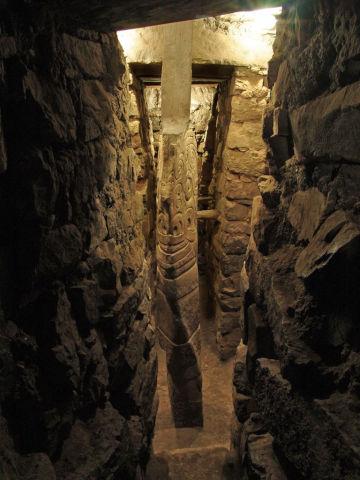 Particolare del menhir Lanzon del tempio megalitico di Chavin Huantar, Perù. I rituali che qui venivano praticati usando anche il suono e la voce umana erano udibili anche al livello superiore del tempio, sul piazzale esterno,  grazie ad un sistema comunicante in pietra