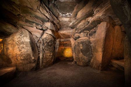 Newgrange, Irlanda, camera interna del tumulus. La struttura megalitica preistorica produce al suo interno echi composti quando un certo tono è suonato: un tono che equivale ad una nota musicale all'interno della gamma della voce maschile