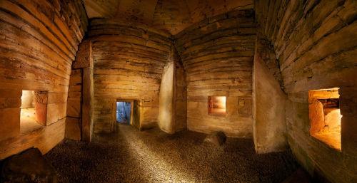 Camera interna del Cairn di Mashowe, Scozia. Studi condotti in questo sito rivelano che una delle funzioni rituali del suono fosse quella di generare stati mentali alterati ed aiutare le visioni extrasensoriali