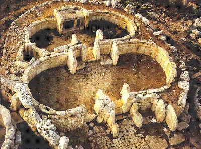 Uno dei Templi megalitici di Malta con la pianta lobata che riproduce le sembianze della mitica Grande Madre
