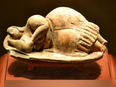 Una statuina in terracotta del periodo neolitico raffigurante la Grande Madre dormiente proveniente dal tempio ipogeo di Hal Saflieni, Malta