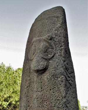 Una vishap, una delle numerose stele chiamate Pietre del Drago in cui è visibile l'incisione che riproduce il mitico Vello, situate nell'area comprendente la Georgia e l'Armenia