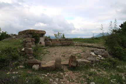 Uno dei più antichi dolmen del Caucaso in cui è riconoscibile oltre alla pietra forata sulla parete d'ingresso lo spazio circolare rituale antistante
